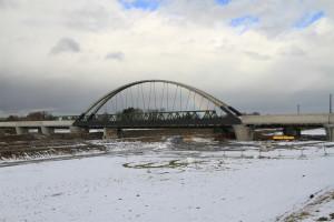 Das neue Bogentragwerk der Rheinbrücke neben der alten Fachwerkbrücke